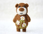 Light brown bear with cammomiles, brooch 43
