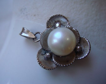 vintage 1950 to 60's 14K white gold pearl pendant