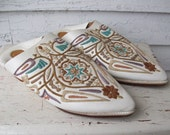 Vintage Folk Embroidered Mules ... Pointed White Leather Pastel ... size 7 8