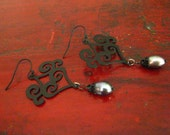 Corazones Negros with pearls earrings