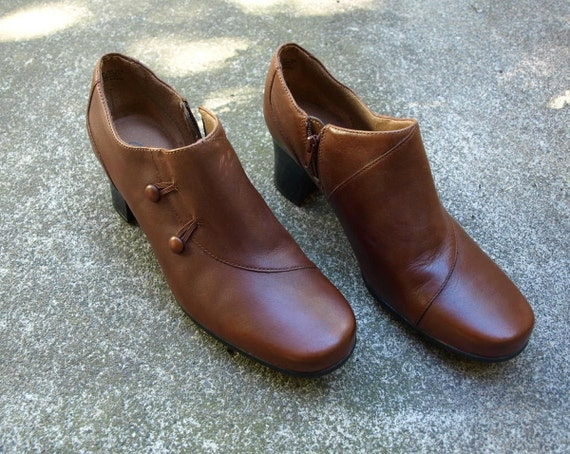 Womens size 9 5 Clarks brown ankle boot with vintage look side button