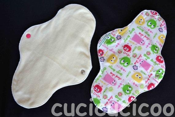 ULTRA ORGANIC bamboo cloth menstrual pad (monsters and white) / assorbente lavabile ULTRA bio bambù (mostri e bianco)