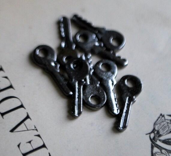 8 pieces Gunmetal Key Charms - 19mm - Nickel Free