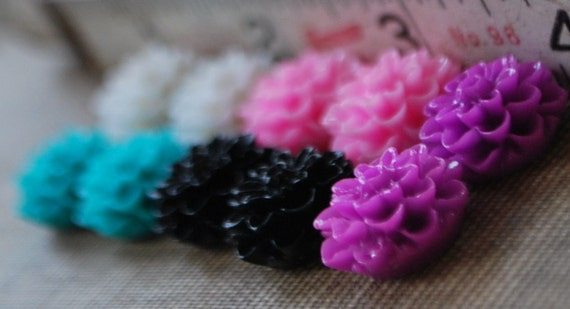 10 Pieces Mixed Lot Sample Pack - Bold Mix - Dahlia Chrysanthemum Flower Flat Back Plastic Cabochons - 15mm - Red, Pink, White