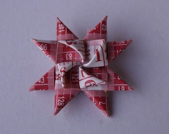 Red and white flower/star measure tape pin/broche
