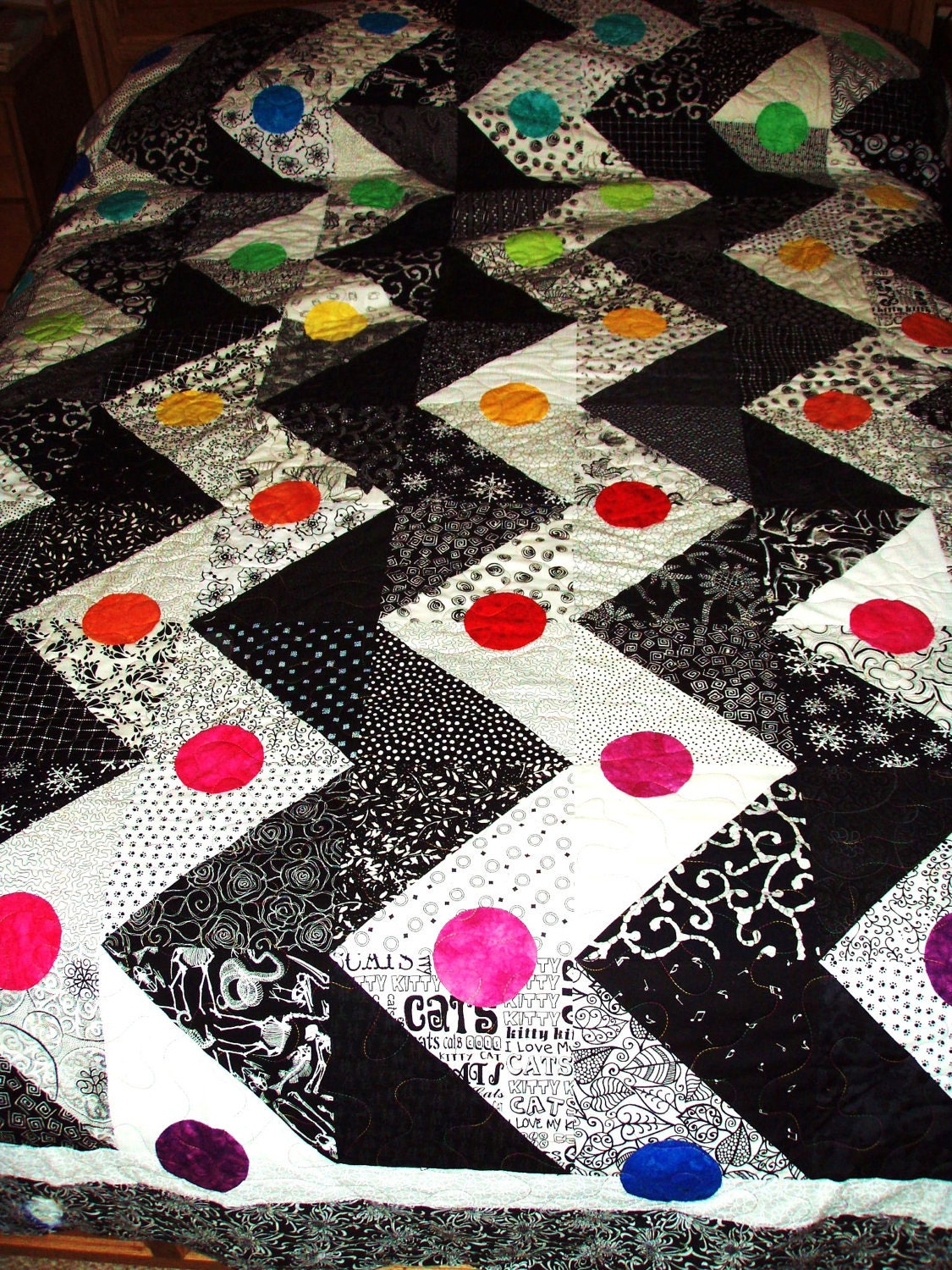 king size quilt black and white zigzag pattern with a rainbow. Black Bedroom Furniture Sets. Home Design Ideas
