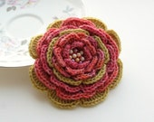 Crochet flower brooch and hairclip in one with pearl detail