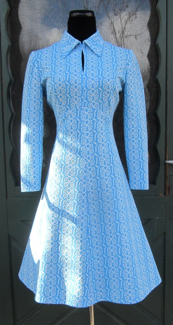 Fab Vintage 1970s Mod Polyester Snowflake Sheath Dress - Blue and White Retro Frock