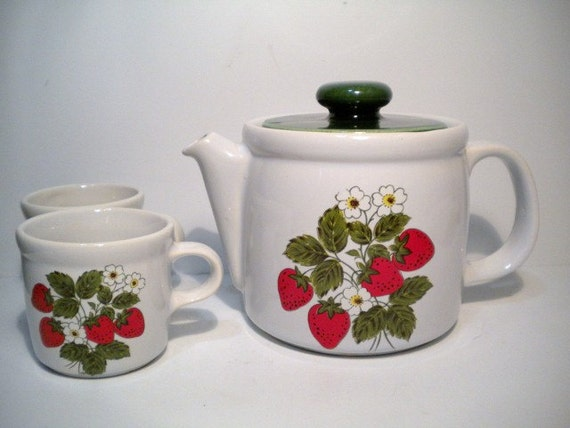 Vintage McCoy Pottery Strawberry Teapot and Mugs/Cups 70s