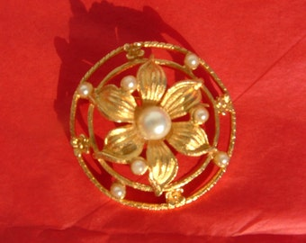 Circle pin/brooch with Flower and pearls