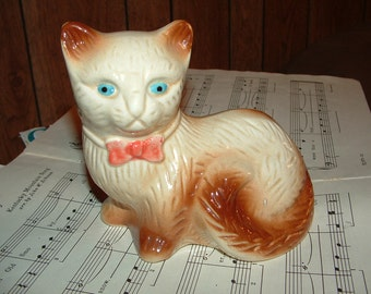 Simese Cat figure with Blue eyes and Pink bowtie