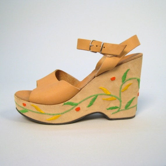 SALE SALE SALE Vintage 1970s deadstock platform sandals with embroidery details