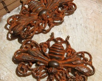 QUEEN BEE focal pendant , RUST patina - 1 pc