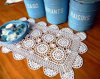 Crochet Placemat or Centerpiece in Off White to Light Ecru, Vintage Wagon Wheel Pattern 12927