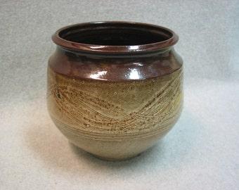 Beige Stoneware Pot with Scratch Design