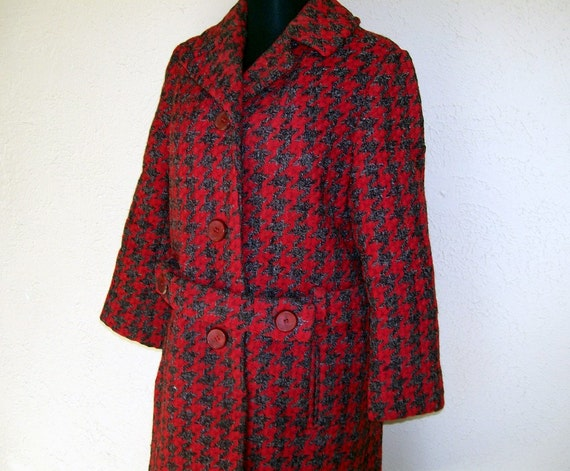 1960s Houndstooth Wool Coat. Crimson and Black. Women's Outerwear. Long Sleeves. Knee Length. Matching Belt. Fully Lined. Size Medium