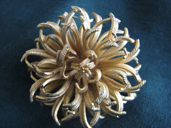 Vintage LISNER gold Flower Pin Brooch Jewelry