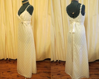 Simple Flower Vintage Lace Ivory Wedding Dress Handmade Optional Belt and Brooch