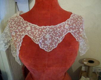 1 Antique full collar of beautiful embroidered net