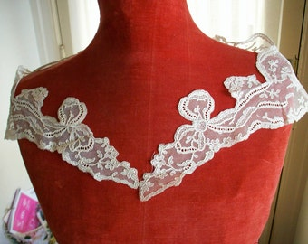 Antique collar of embroidered net in white with bows