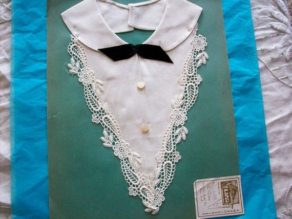 antique salesmans lace sample collar in pale ivory