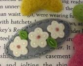 Felt hair clip -No slip -Wool felt -Cream daisy in a row -light grey