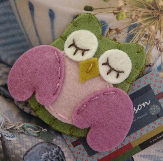 NO SLIP Wool felt hair clip -Owl -mini -sage green/old pink wings