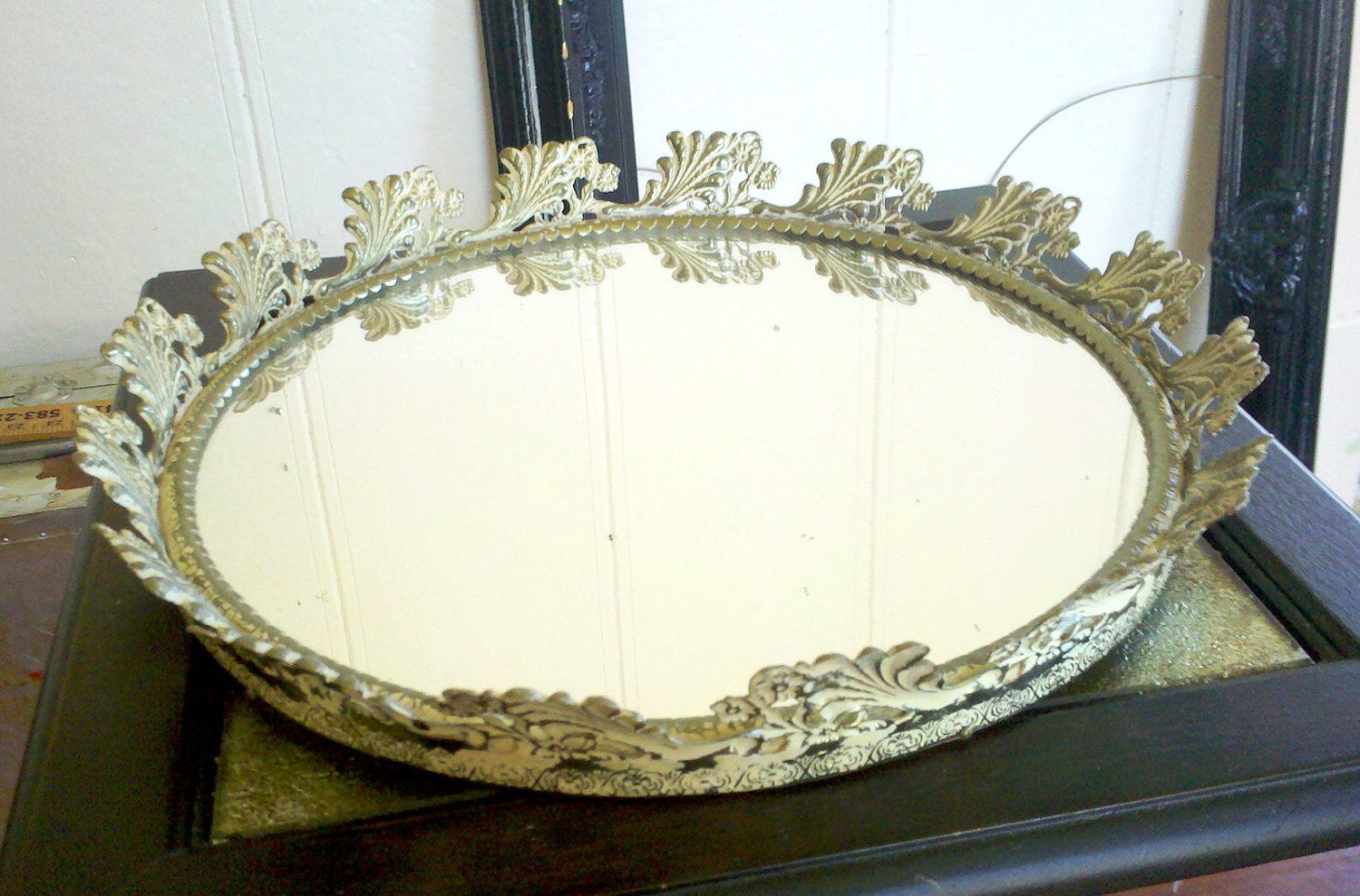 round mirror tray in metal filigree frame. Black Bedroom Furniture Sets. Home Design Ideas