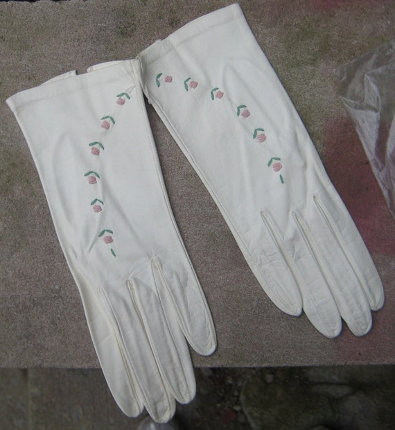 Sweet Chic White Kid leather Gloves Pink Roses Never worn Made In Italy