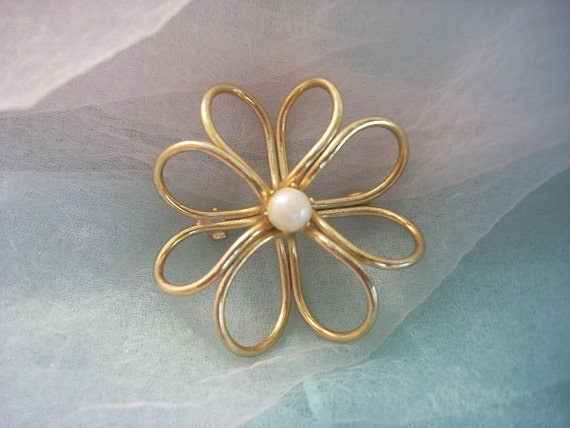 vintage gold tone brooch flower atomic 1960's 60s heart shaped petals pearl center wire swirl loops