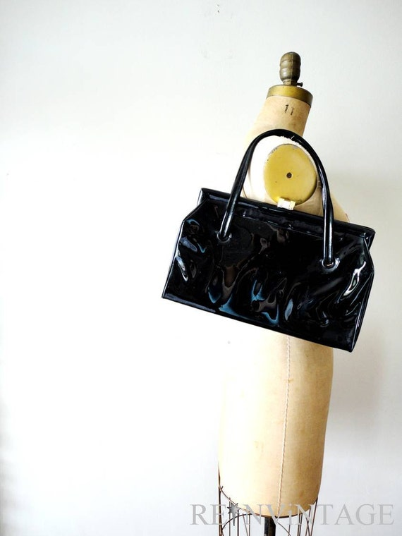 vintage 1960s purse : black patent leather 60s mod handbag