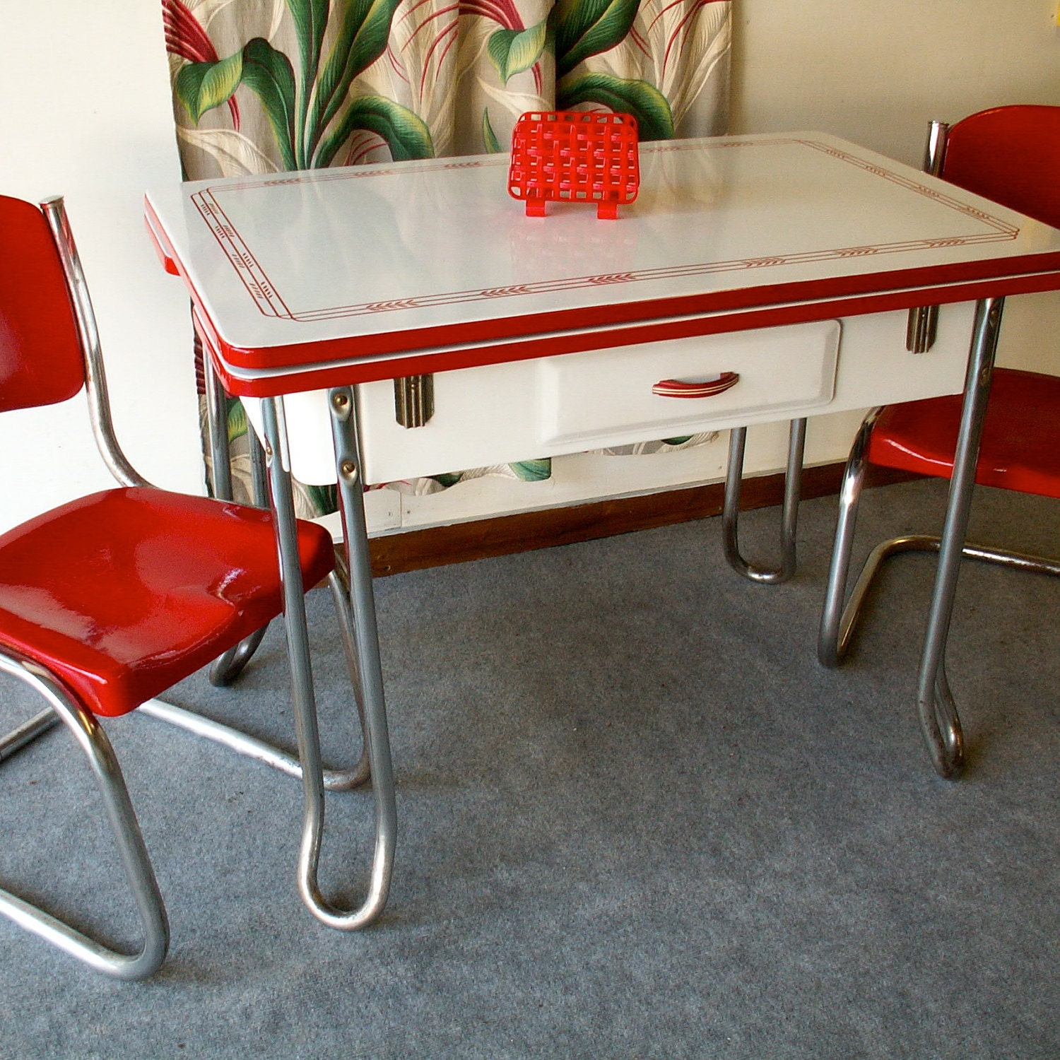 Black And White Retro Dining Table And Chairs Set: Vintage Red And White Porcelain Table