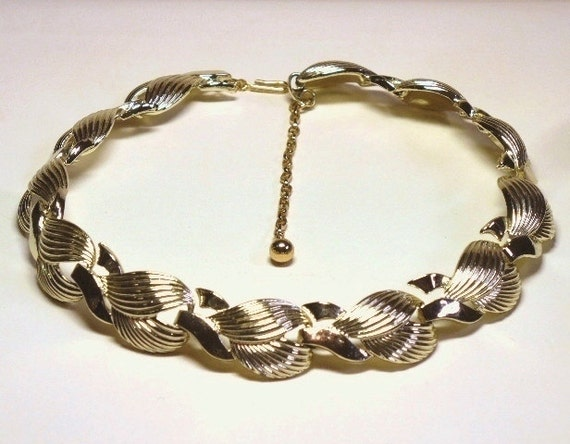 Gold Choker Necklace with Rippled Link Design in Rich Gold Tone - 50s Retro Moderne Costume Jewelry