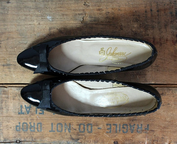 10 DOLLAR SALE vintage 1960s shoes // 60s patent leather kitten heels // ribbon & bow // size 9 narrow
