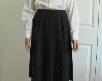 1960s Vintage Classic Black Pleated Skirt