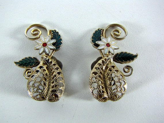 Gold Tone Filigree Leaf Earring with Enamaled Daisy Clip-on Vintage