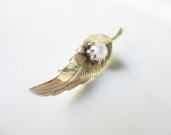 vintage jewelry  leaf pin brooch  in a goldtone with faux pearl