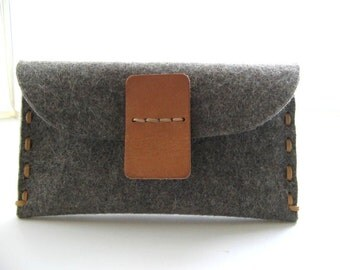 Minimalist Merino wool felt clutch - hand stitched- pebble grey -  eco friendly - vegetable tanned Leather-Size M