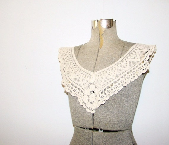 antiqued v front crocheted collar . vintage 1950 white lace collar . at montanasnowvintage