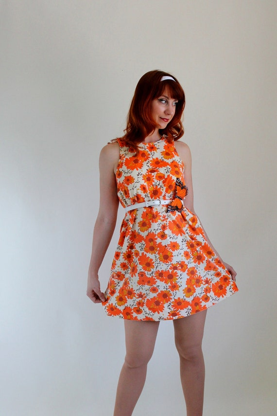 Christmas In July Sale- 1960s Floral Shift Dress. Cream Orange. Tangerine. Mod. Mad Men. Summer Dress. Size Medium.  Petite