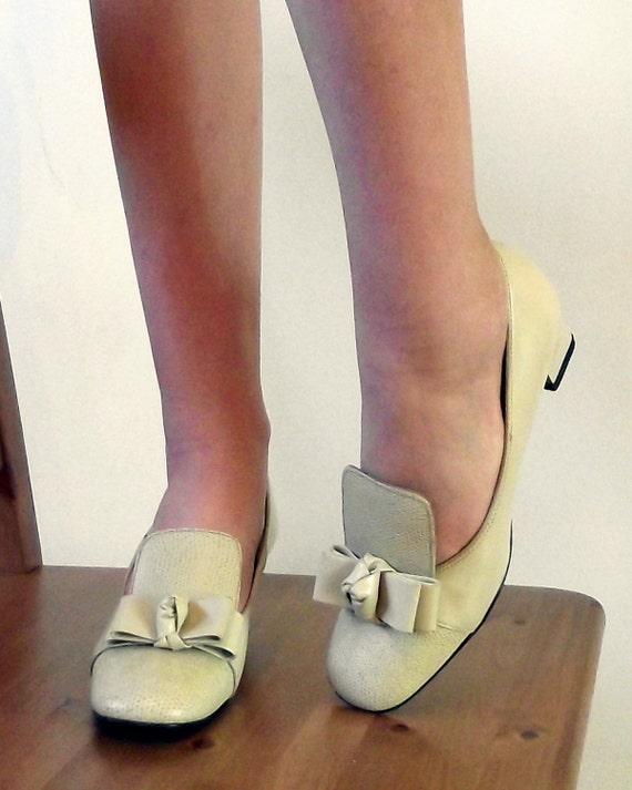 1960s shoes - leather pilgrim pumps - bone - 60s shoes women