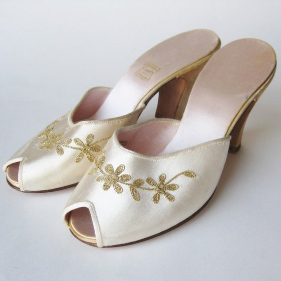 Vintage 30s 40s Daniel Green Embroidered Off White Cream Satin Peep Toe Bridal Slipeprs Wedding Day Boudoir Mules High Heels 5