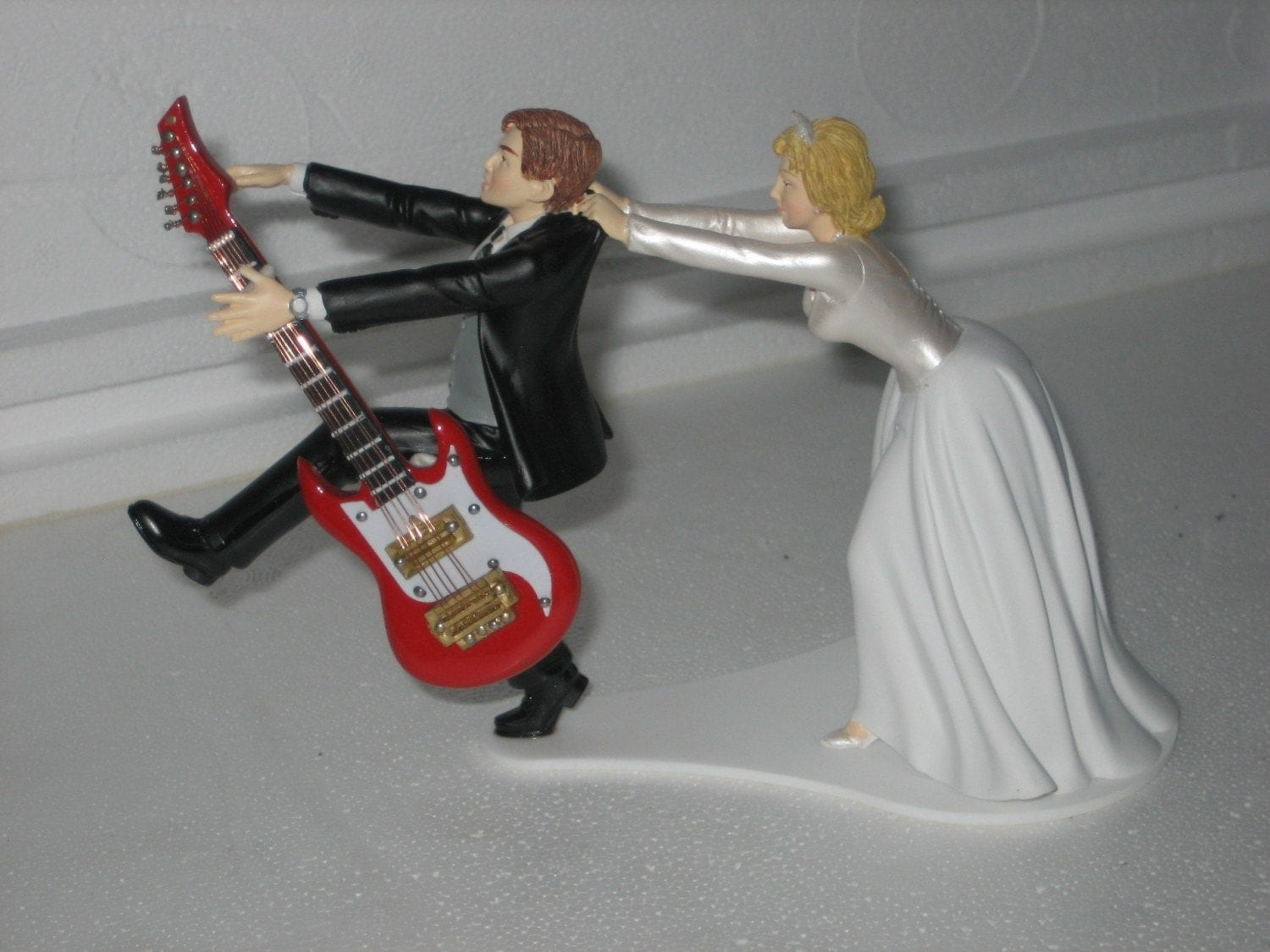 guitar wedding cake toppers guitar themed wedding cake topper groom by finsnhorns 15019