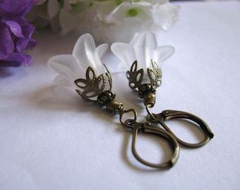 White Linen Lucite Lilies Earrings - Vintage Style Wedding, Bridal Earrings, Bridesmaid Earrings, Bridal Jewelry