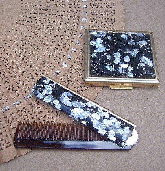 Vintage hair comb and powder compact matched set unused 1960s (G)