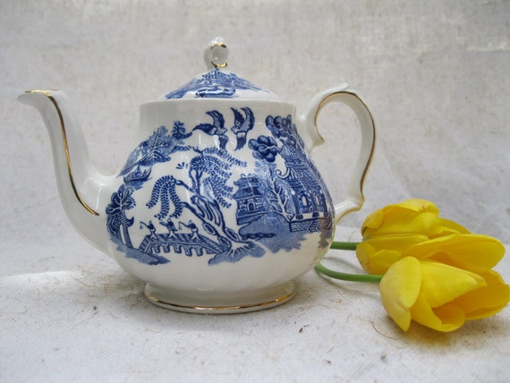 Vintage Teapot/ Blue Willow/ Sadler/ England/ Gold Trim from Tessiemay