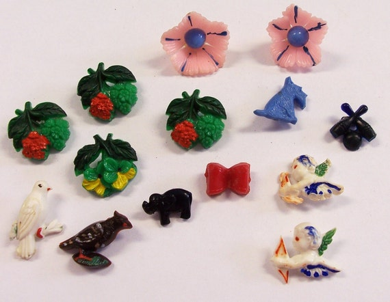 VINTAGE Buttons Novelty Plastic Buttons FLOWERS Birds Scottie Dog Cupid Fashion FuN BuTTON Destash (F64)