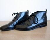 Vintage SLEEK BLACK LEATHER ANKLE BOOTIES size 8 ladies