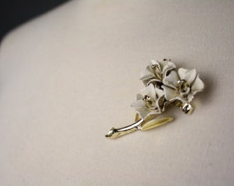 vintage 1960s brooch white floral gold three flowers