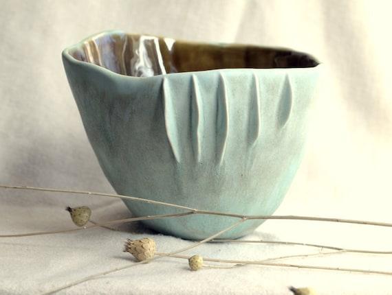 Seaside - Porcelain bowl with sculptural details.